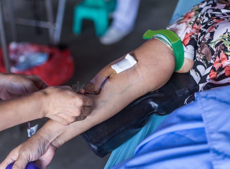 Люди дают донорство крови стоковые фотографии rf