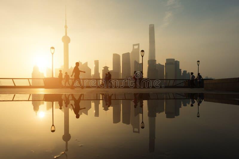 Люди бежать в утре на береге реки Рекы Huangpu с Shangh стоковая фотография