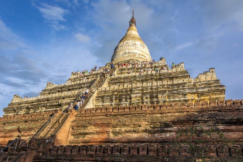 Люди взбираются вверх пагода Shwesandawa в языческом стоковые изображения