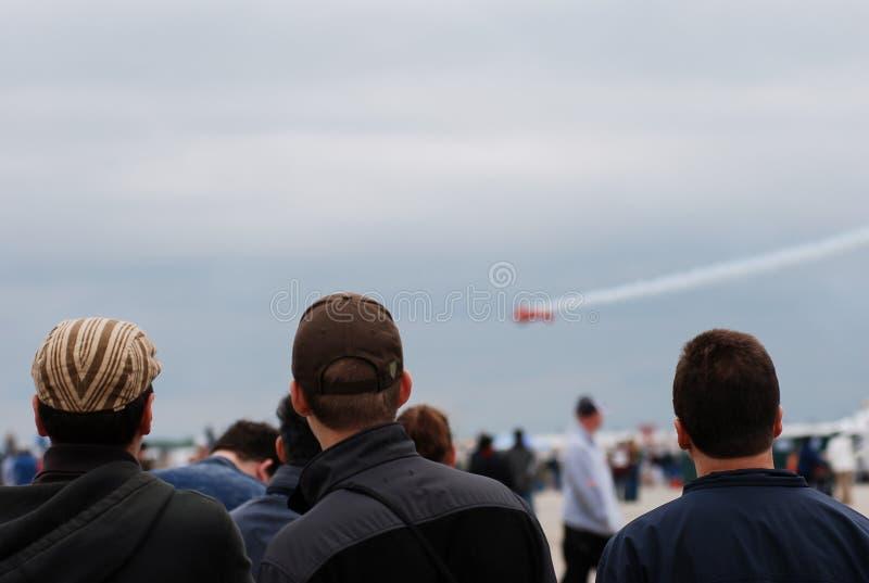 Люди видят авиасалон стоковое изображение