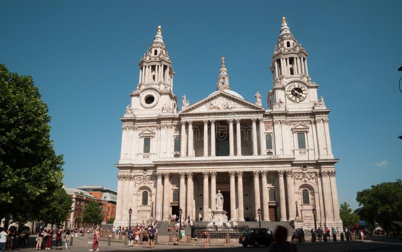 Люди вне собора St Paul, Лондона. стоковая фотография rf