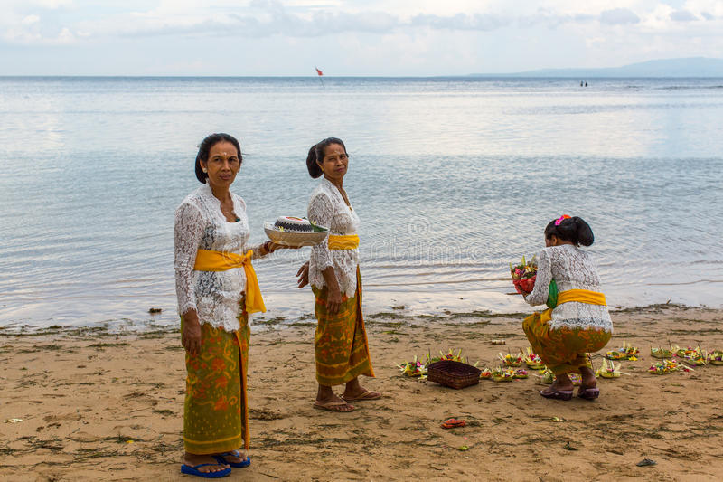 Люди во время ритуала Melasti Церемония держится на краю пляжа стоковая фотография rf