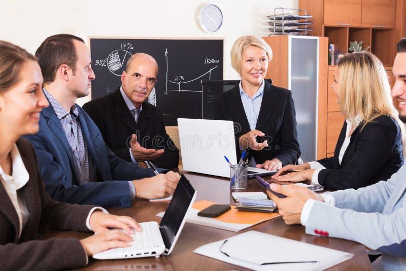 Люди во время селекторного совещания внутри помещения стоковые изображения rf
