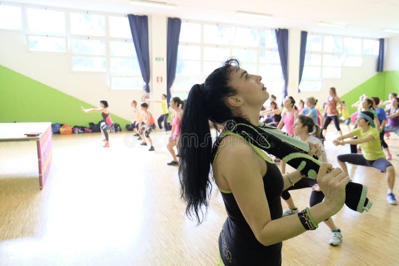 Люди во время фитнеса тренировки на спортзале стоковое фото