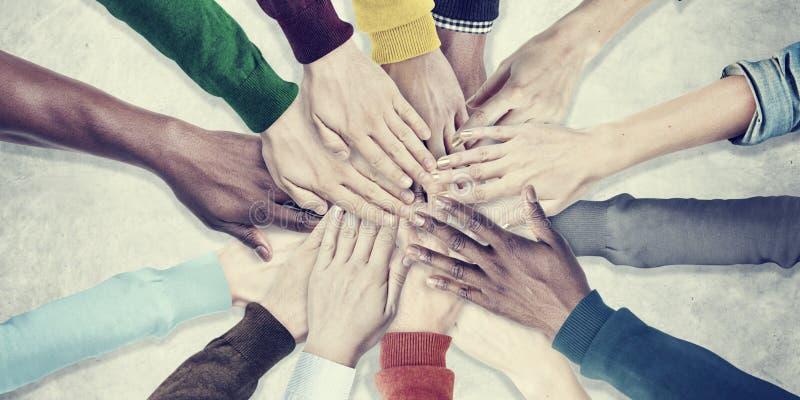 Люди вручают совместно концепцию сотрудничества команды единства стоковое изображение rf