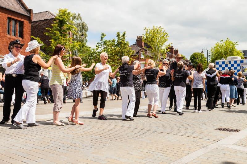 Люди всех времен выравнивают танцы в улице стоковые фото