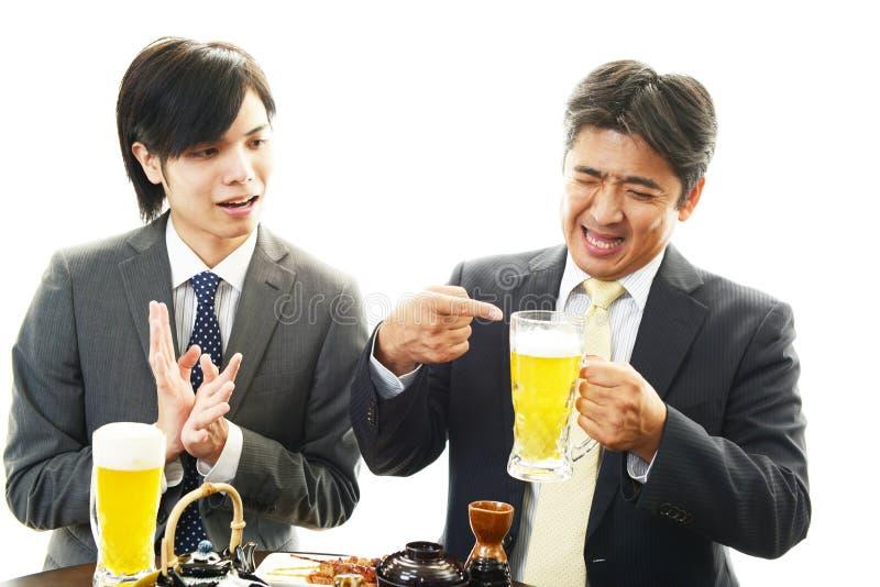 Люди выпивая пиво стоковое изображение rf