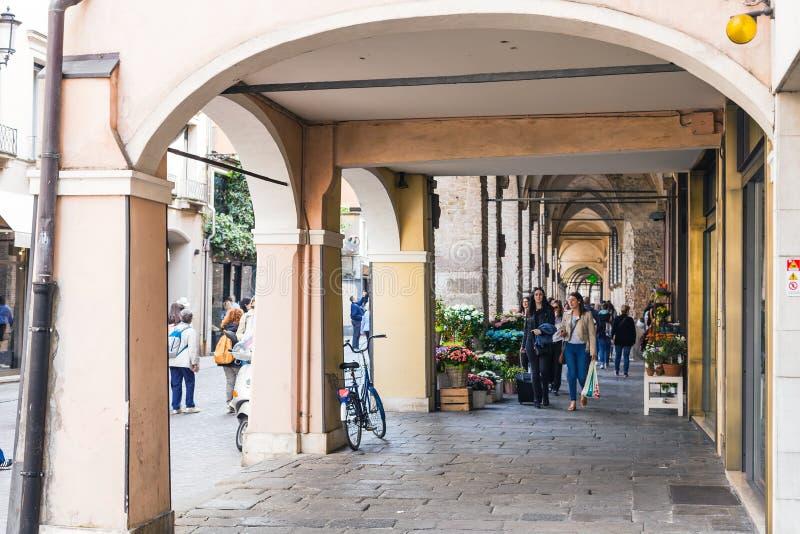 Люди в аркадах дальше через umberto i в Падуе стоковая фотография