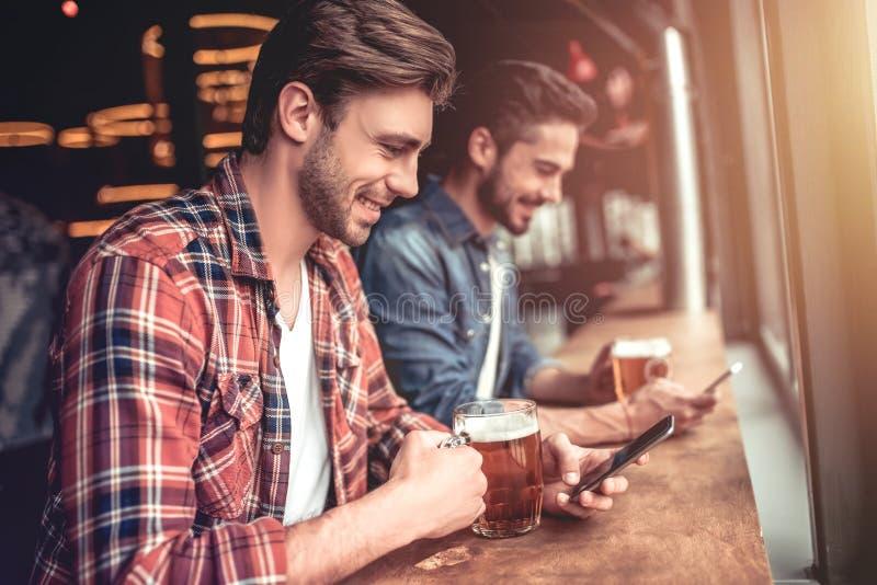 Люди в баре стоковое изображение