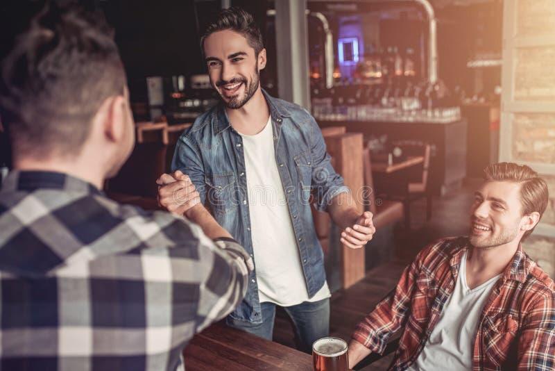 Люди в баре стоковая фотография