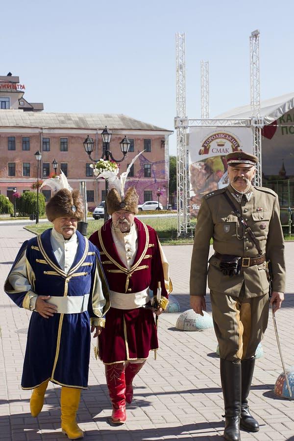 Люди в винтажных традиционных национальных и воинских костюмах стоковая фотография rf