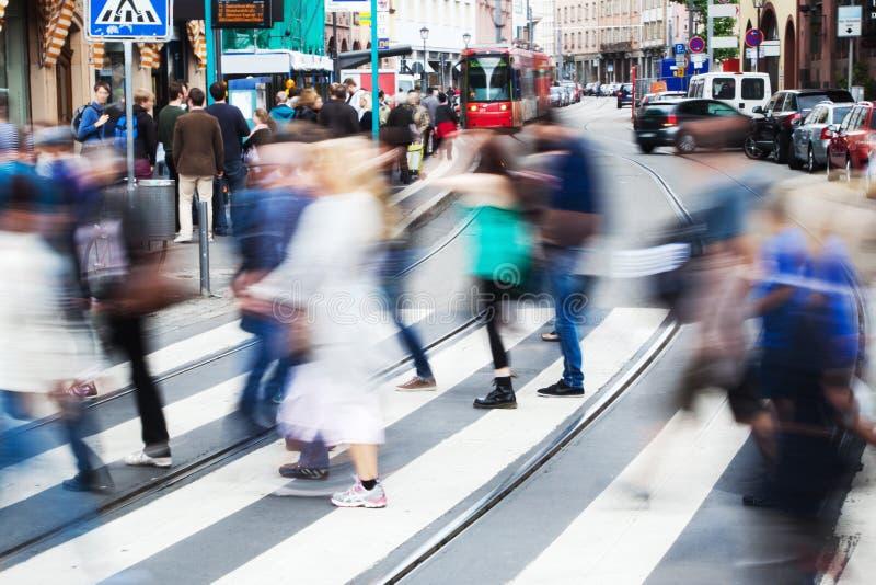 Люди в городе пересекая улицу стоковая фотография