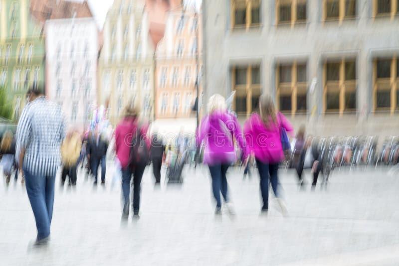 Люди в городе с влиянием сигнала стоковое изображение