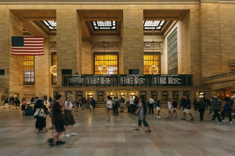 Люди в грандиозном центральном стержне, Нью-Йорке стоковые изображения