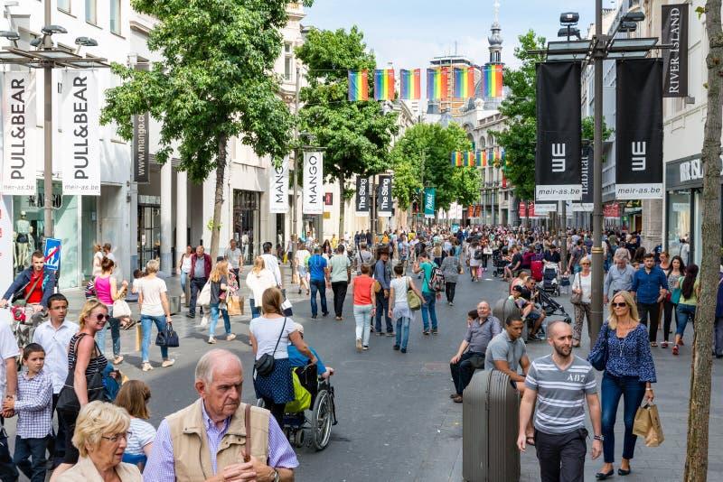 Люди в главной торговой улице Антверпена, Бельгии стоковые фотографии rf