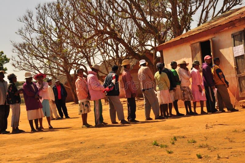 Люди в линии голосовании стоковые фото