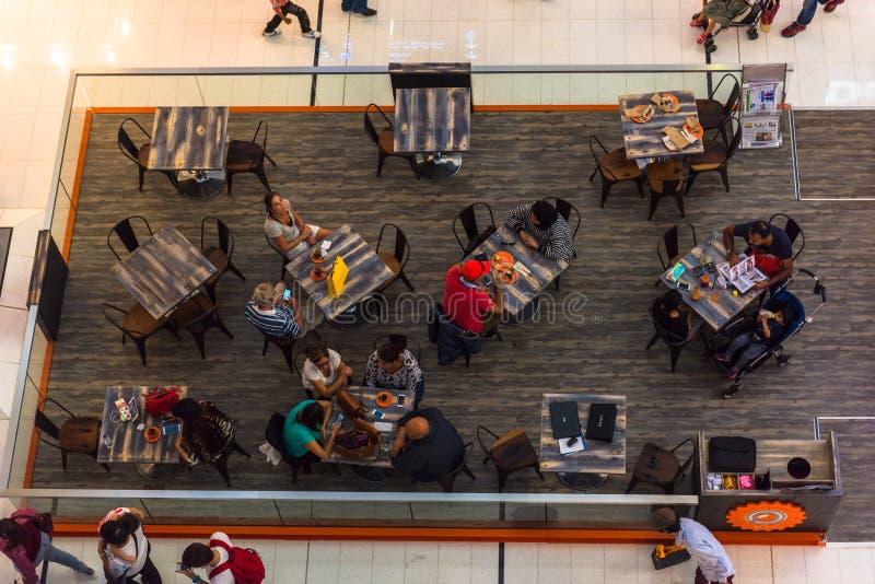 Люди в кафе в торговом центре мола Дубай стоковое изображение rf