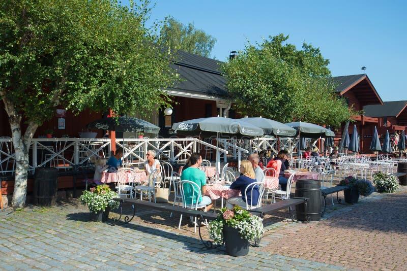 Download Люди в кафе лета на территории старого порта Loviisa Редакционное Стоковое Изображение - изображение насчитывающей ресторан, aurelie: 81813834