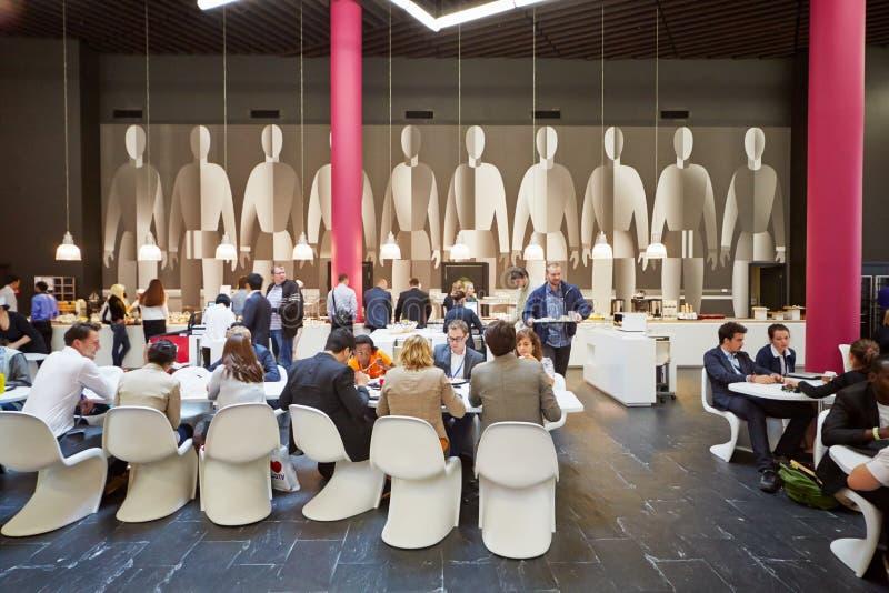 Люди в кафе Kafetera школы Москвы управления Skolkovo стоковое изображение