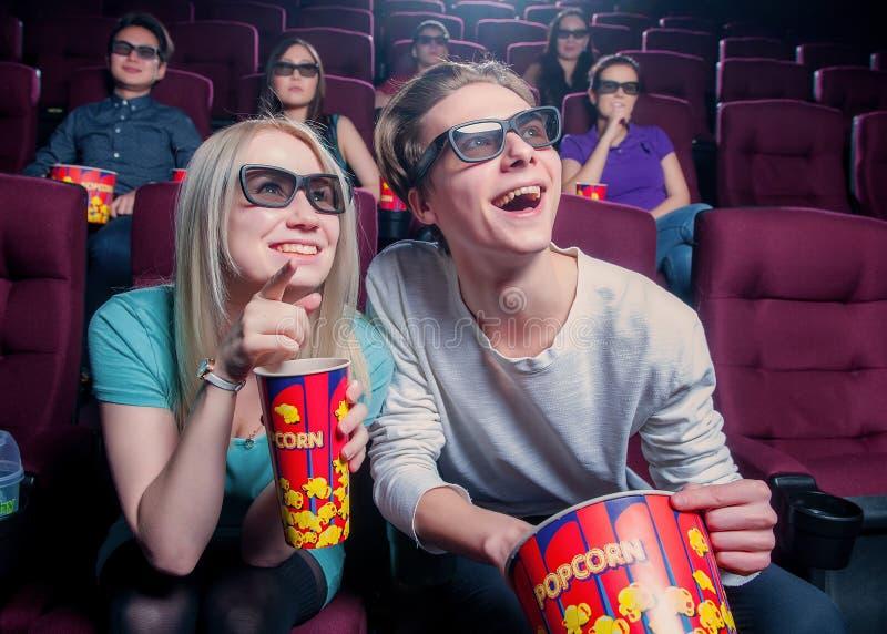 Люди в кино нося стекла 3d стоковые изображения