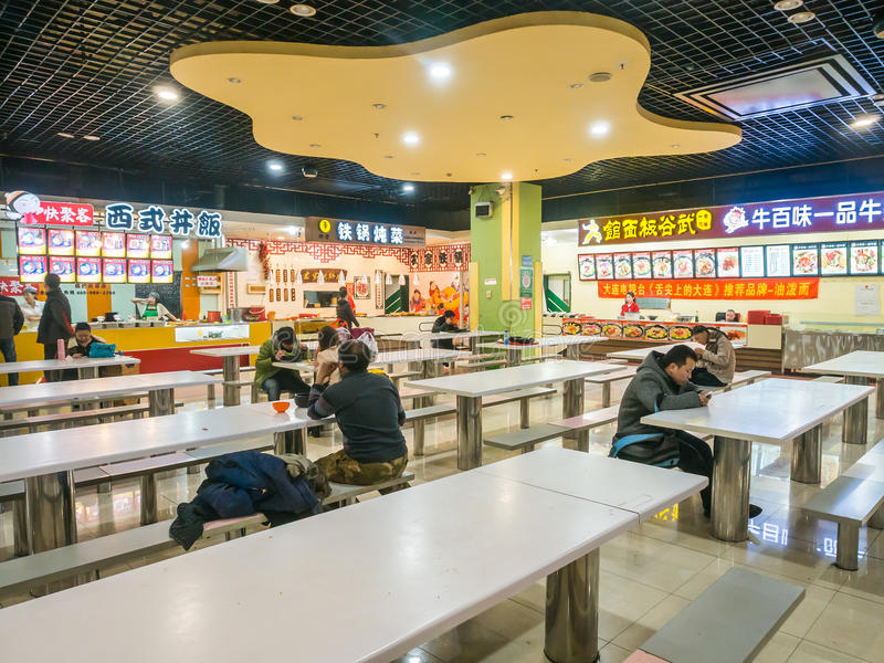 Люди в китайском центре еды стоковая фотография