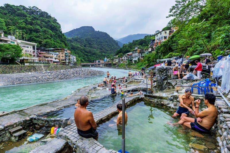 Люди в купать в деревне Wulai стоковые изображения rf