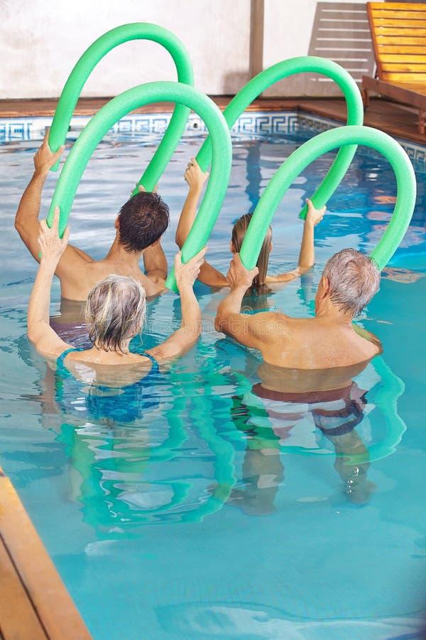 Люди в классе делая фитнес aqua стоковая фотография