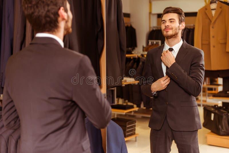 Люди в магазине костюма стоковые изображения rf