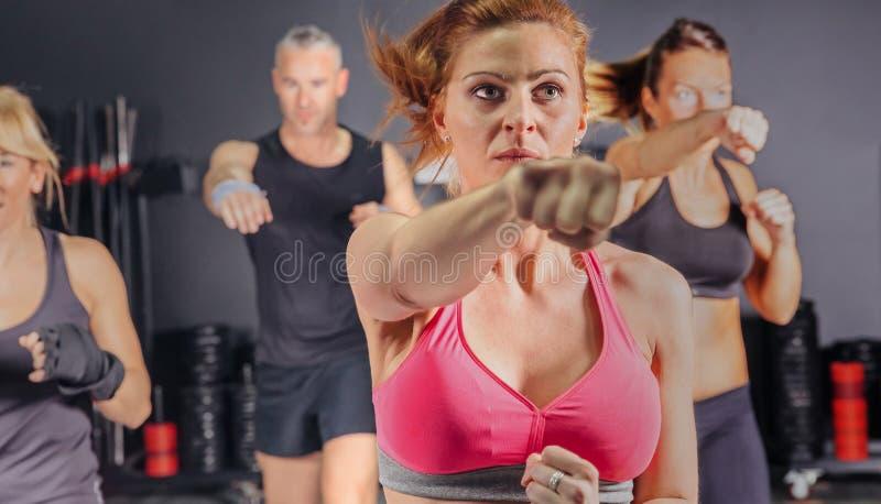 Люди в пунше тренировки класса бокса стоковая фотография rf