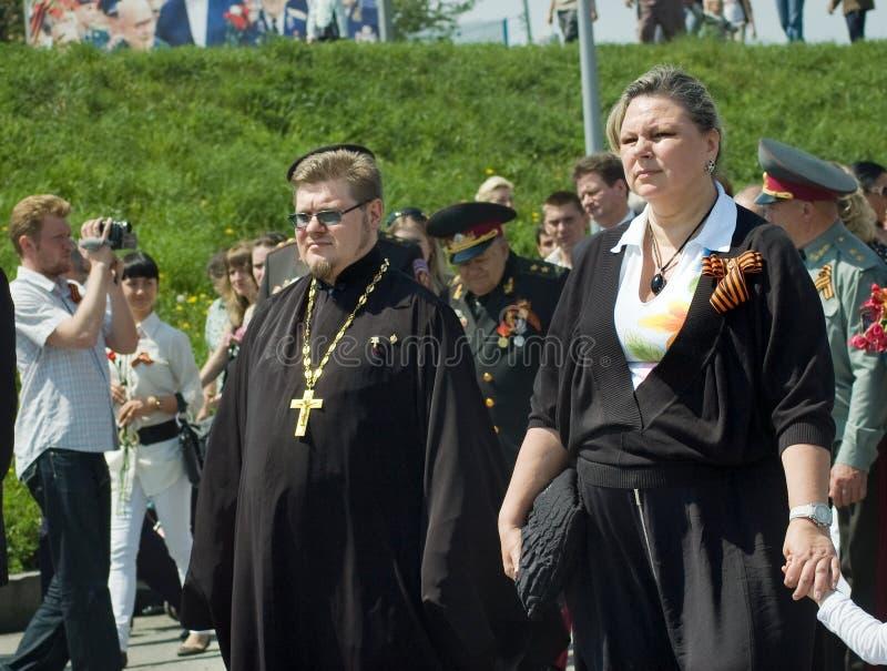 Люди в толпе во время торжества дня победы стоковое изображение