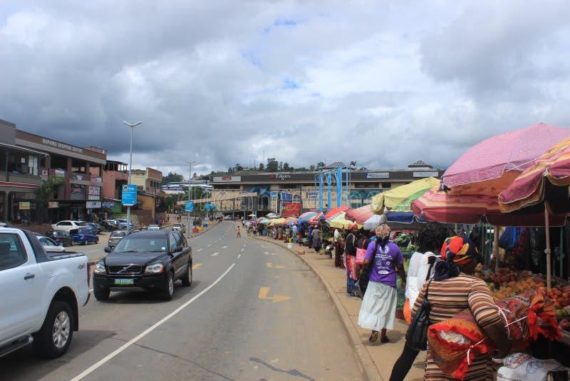 Люди в уличном рынке в Мбабане, Свазиленде, Южной Африке, африканском городе стоковое фото rf