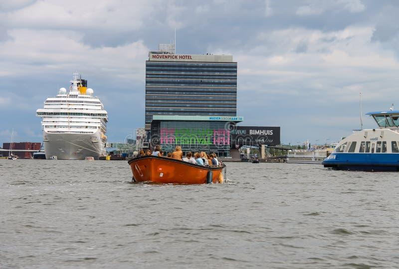 Люди в шлюпке на путешествиях каналов Амстердама стоковые фотографии rf