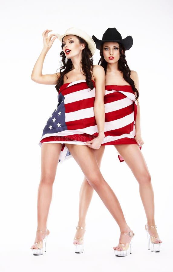 Люди в шляпах и пятках покрывая в флаге США стоковое изображение
