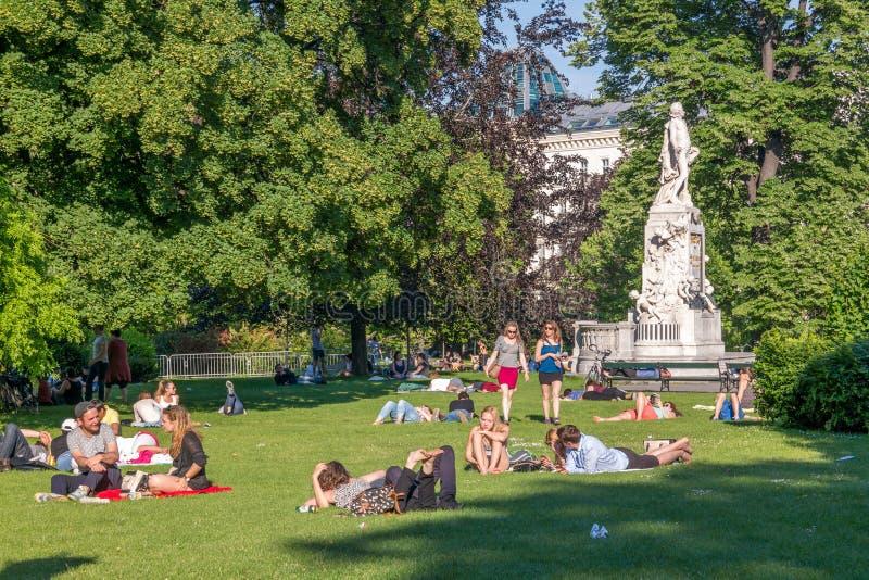 Люди в Burggarten паркуют в вене, Австрии стоковое фото