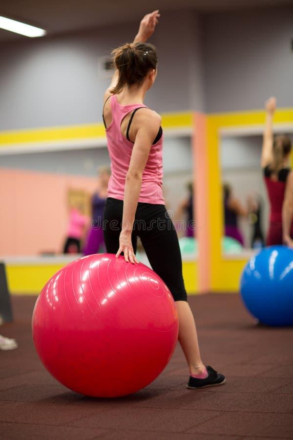 Люди группы в pilates классифицируют на спортзале стоковая фотография