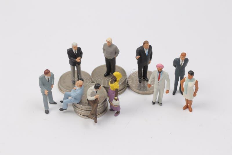 Download Люди группы миниатюрные на монетках Стоковое Фото - изображение насчитывающей вкладчик, богатство: 81807444