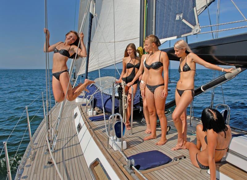 Люди гуляя на яхтах на море стоковые фото