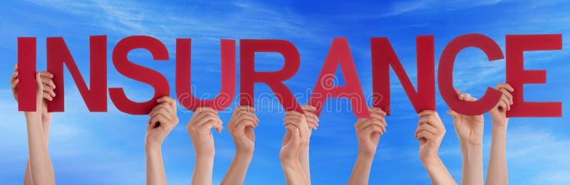 Люди держат небо красного прямого страхования слова голубое стоковая фотография