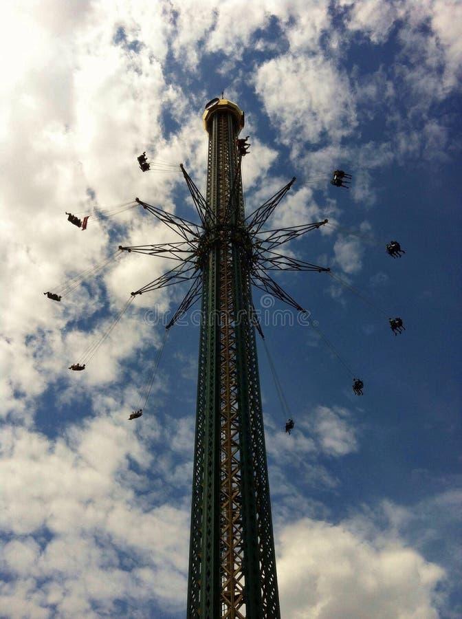 Люди летания на отбрасывая carousel стоковая фотография rf