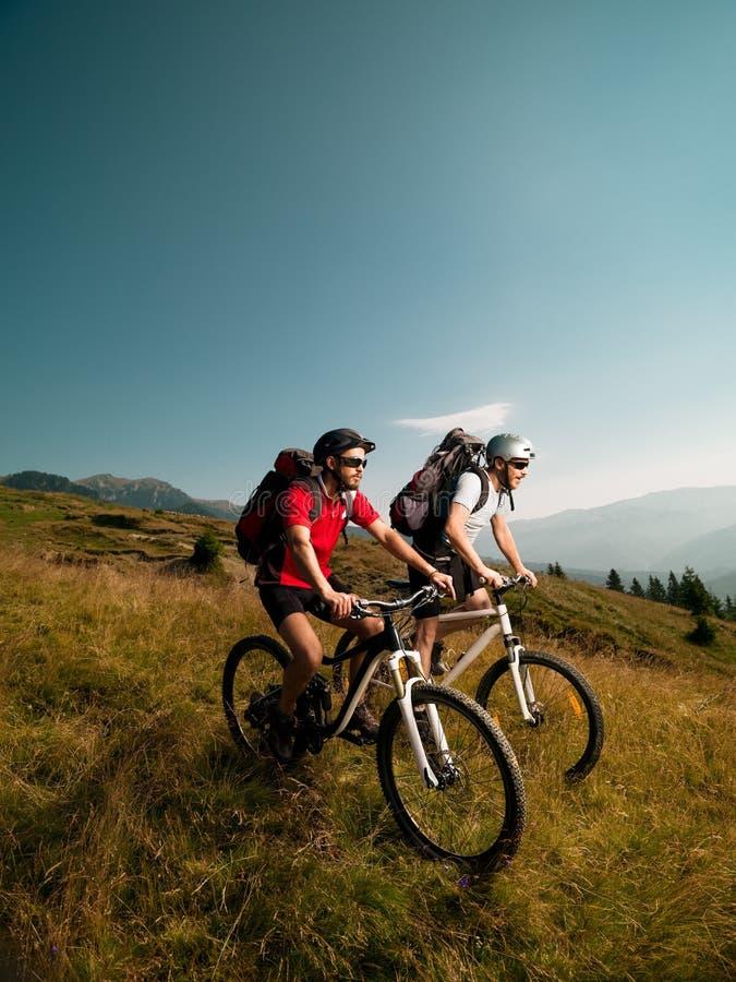 Люди ехать горные велосипеды стоковые изображения