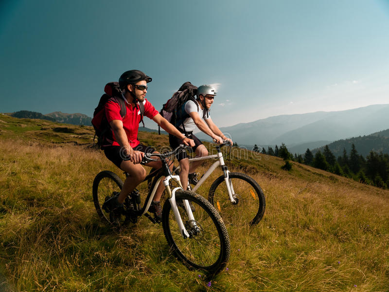 Люди ехать горные велосипеды стоковые изображения rf