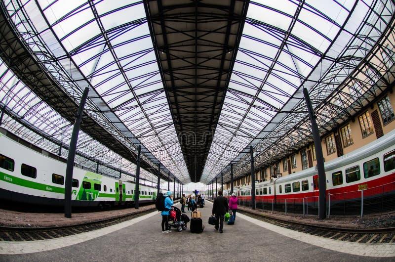 Люди ждать их вагонетками на Хельсинки центральном Trainstation, Финляндии стоковое фото rf