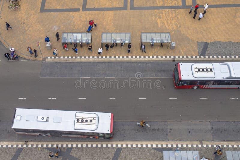 Люди ждать на городской автобусной остановке в Groningen, Нидерландах стоковая фотография