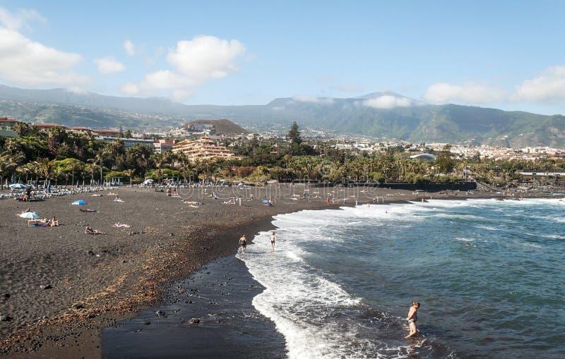 Люди загорая на саде пляжа стоковые фотографии rf