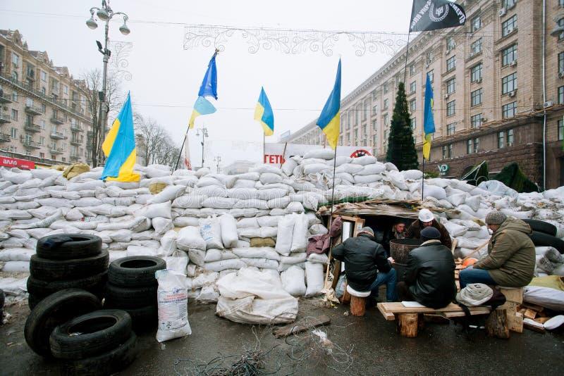 Люди защищают баррикады сумок стоковое фото rf