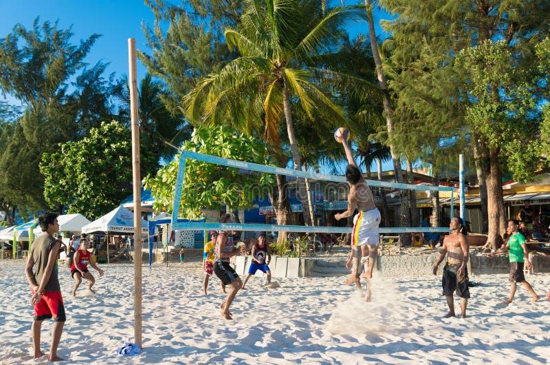 Люди играя волейбол пляжа стоковое изображение rf
