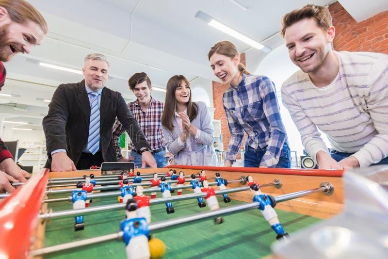 Люди играя футбол таблицы стоковые фотографии rf