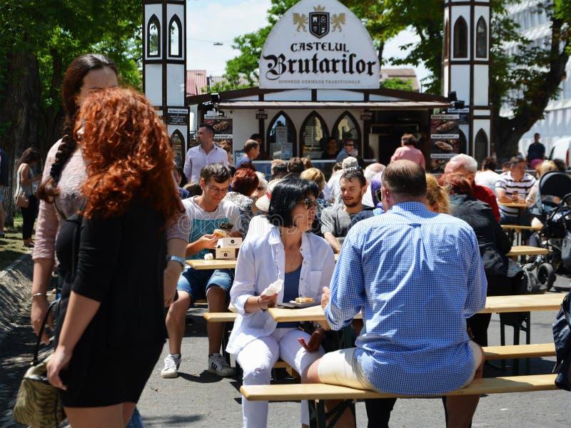Люди имеют закуску на фестивале еды улицы в Central Park Cluj стоковое изображение