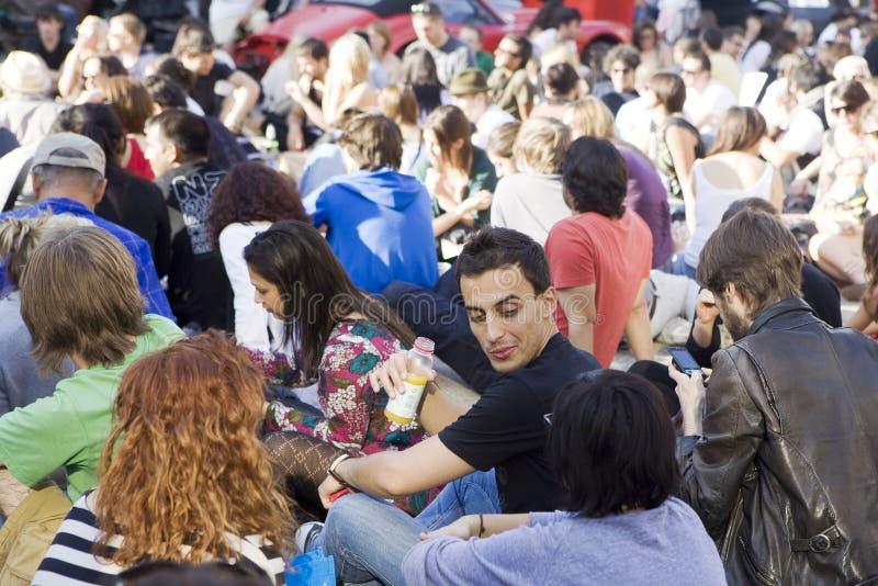 Люди имеют остатки на солнечный день на brikleyne Связывайте, встречайте, выпивайте пиво и слушайте к музыке стоковая фотография rf