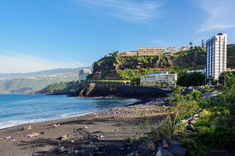 Люди имеют утеху на заливе Puerto de Ла Cruz на острове Тенерифе стоковые изображения rf